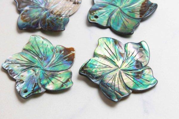 画像3: アバロンシェル 孔雀貝 フラワー 彫刻 パーツ 1個 穴あり 品番: 11836