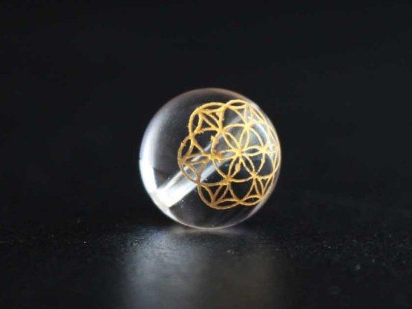 画像2: 【オリジナル商品】カービング 神聖幾何学模様 フラワーオブライフ 水晶(金彫り) 14mm  品番: 11917
